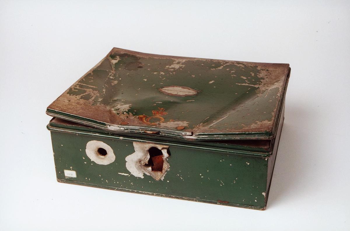 Postmuseet, gjenstander, skrin, postlogo på lokket, lokket er buet, to skuddhull i fronten.