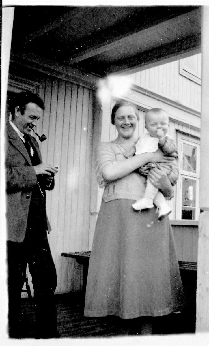 Kvinne, mann, barn, pipe