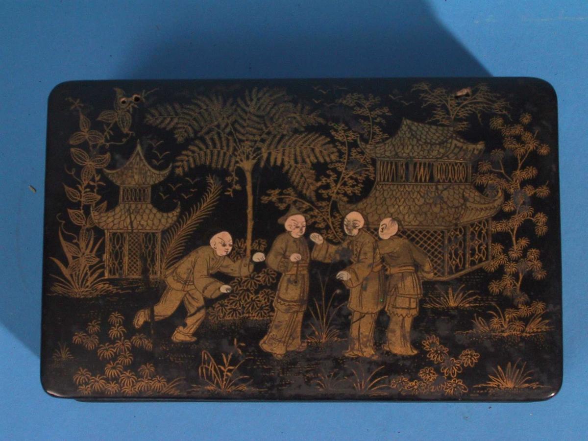 Kinesisk motiv/ Fire menn foran to paviljonger og løvtrær.