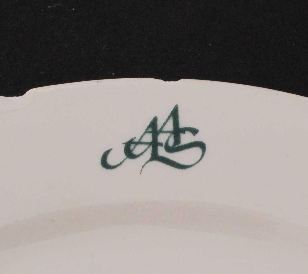 Porselenstallerken.  Hvitglasert.  Flat bunn med lav flat skrånende kant.  Tre stekk - to ove og til venster for monogram, og en nederst nær miten.