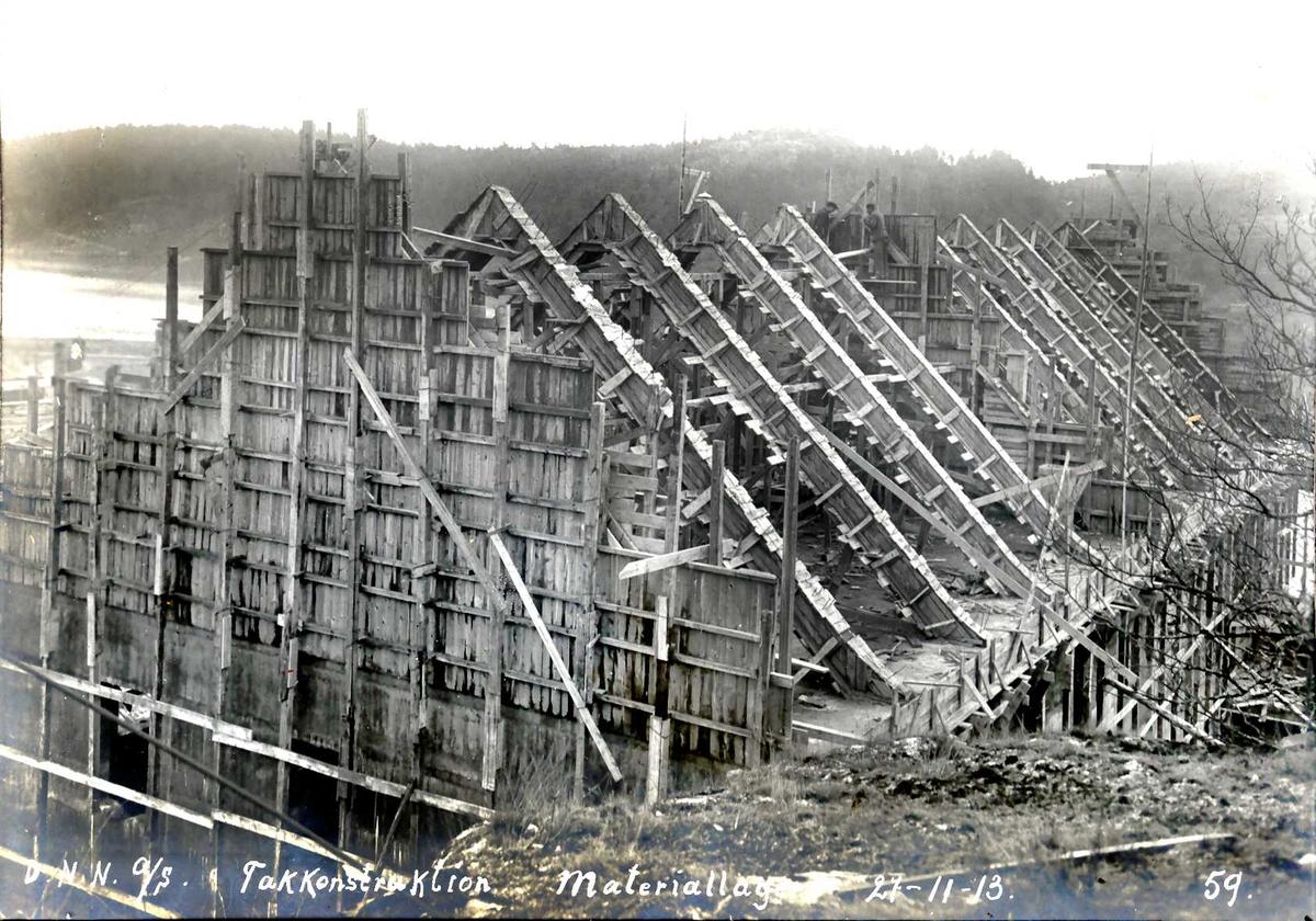 """""""27/11-1913"""" Nitriden. Takbukker for bygning for materiallager, verksteder og kontorer. Tromøysund og Tromøy til venstre."""
