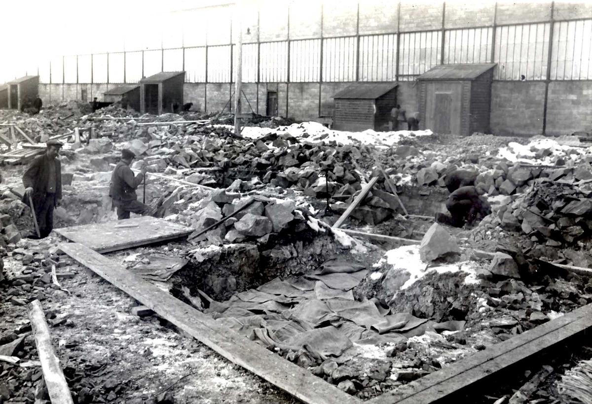 """""""1915"""" Nitriden. Fundamenteringsarbeider for Ovnshus II. Ovnshus I til høyre."""