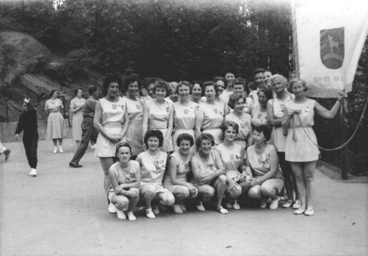 Dameturnere med fane