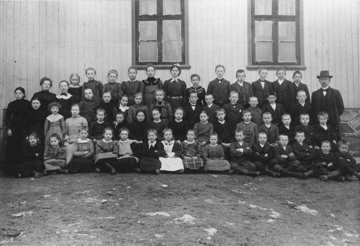 Skolebilde. Magnus Solberg nr. 3 fra h. bakerst. Født 1890