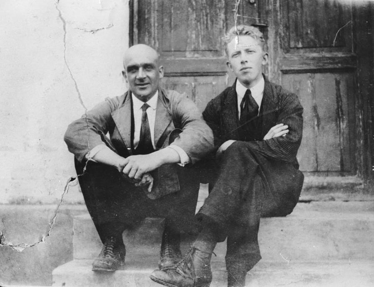 To menn på trappa til kontorbygget Grubenes sprengstoffabrikk.