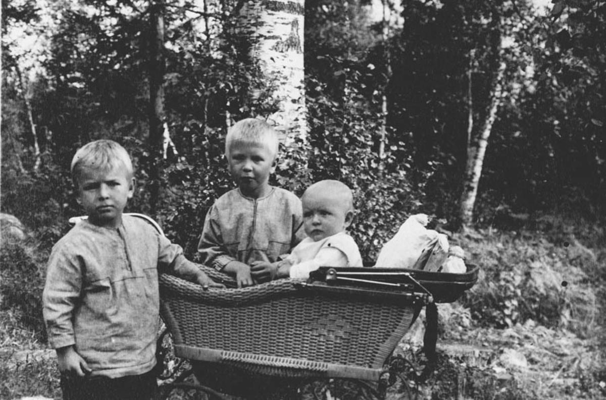 Barna Boa, Petter og Tulla Bjørnstad (i barnevognen).