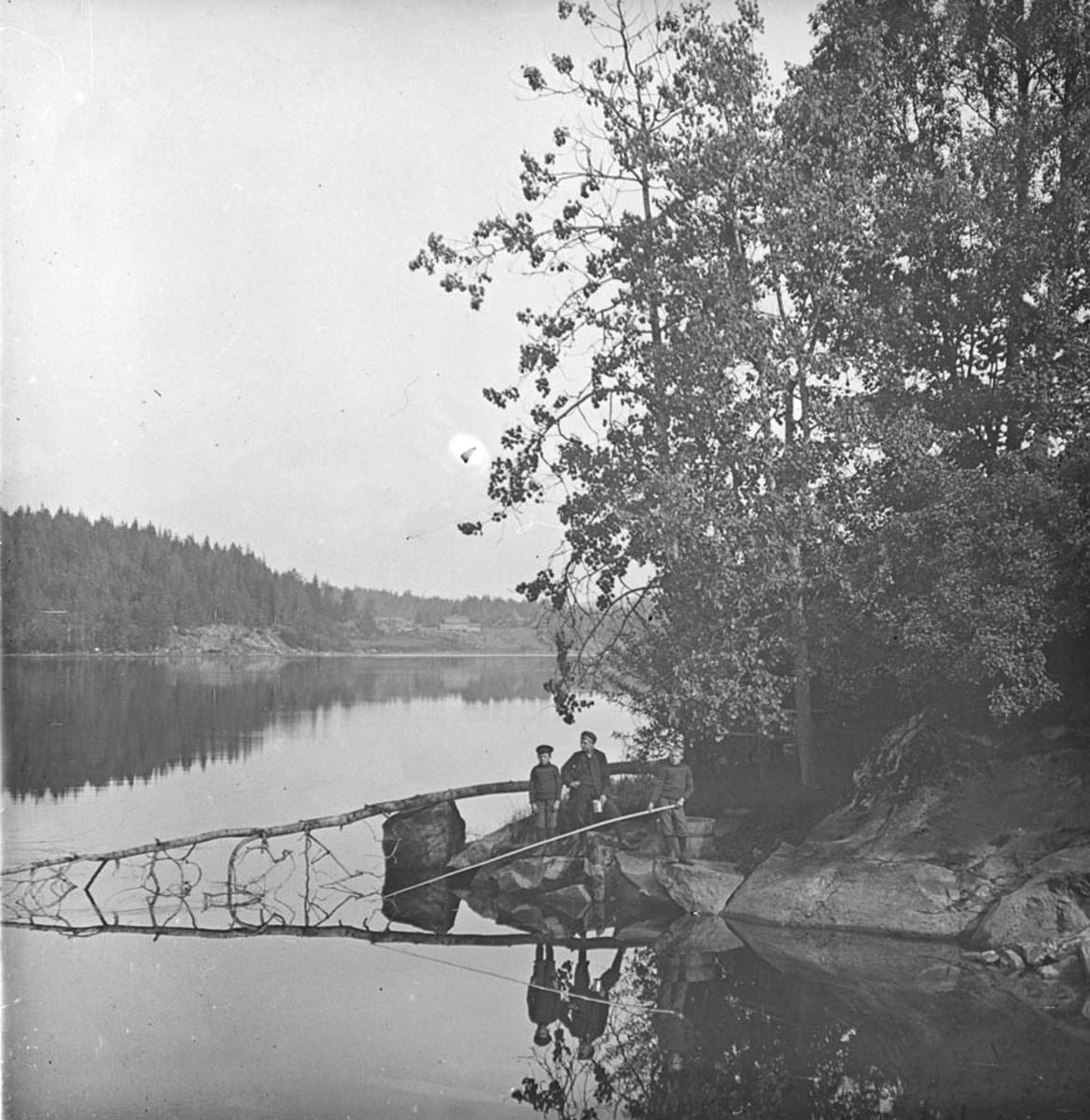 Gutter med markstang ved Årungen, sett fra Frogn-siden.
