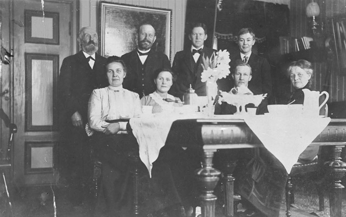 Gruppebilde av 8 personer. Selskap på Hoelstad.