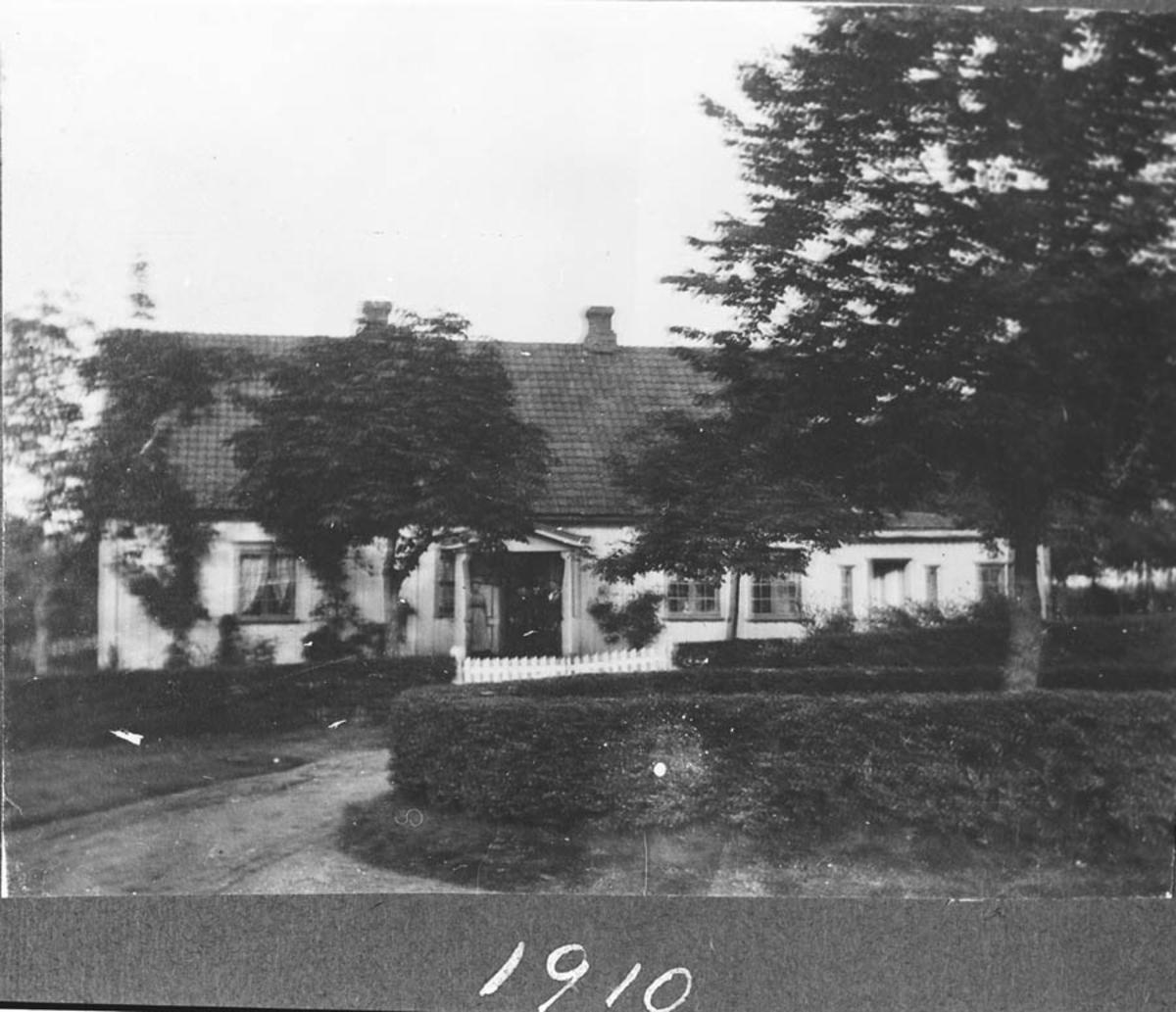 Den gamle hovedbygningen på Hoelstad med hageanlegget.