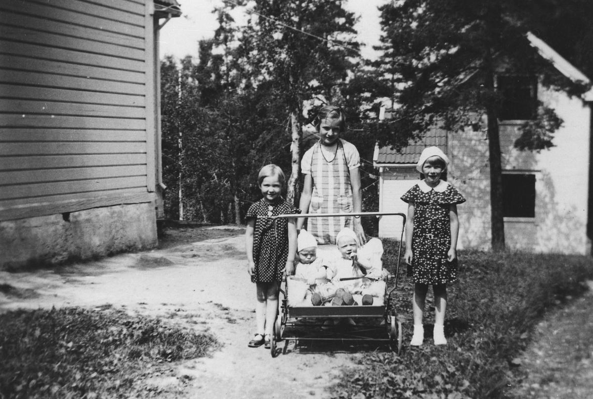 Barnepass. Tre større barn med to barn i tvillingvogn.