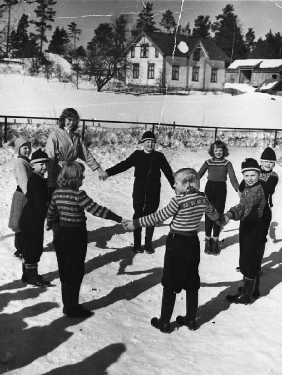 Åsen ved Roven skole, før ombyggingen. Lekeplass. Barn leker ringlek