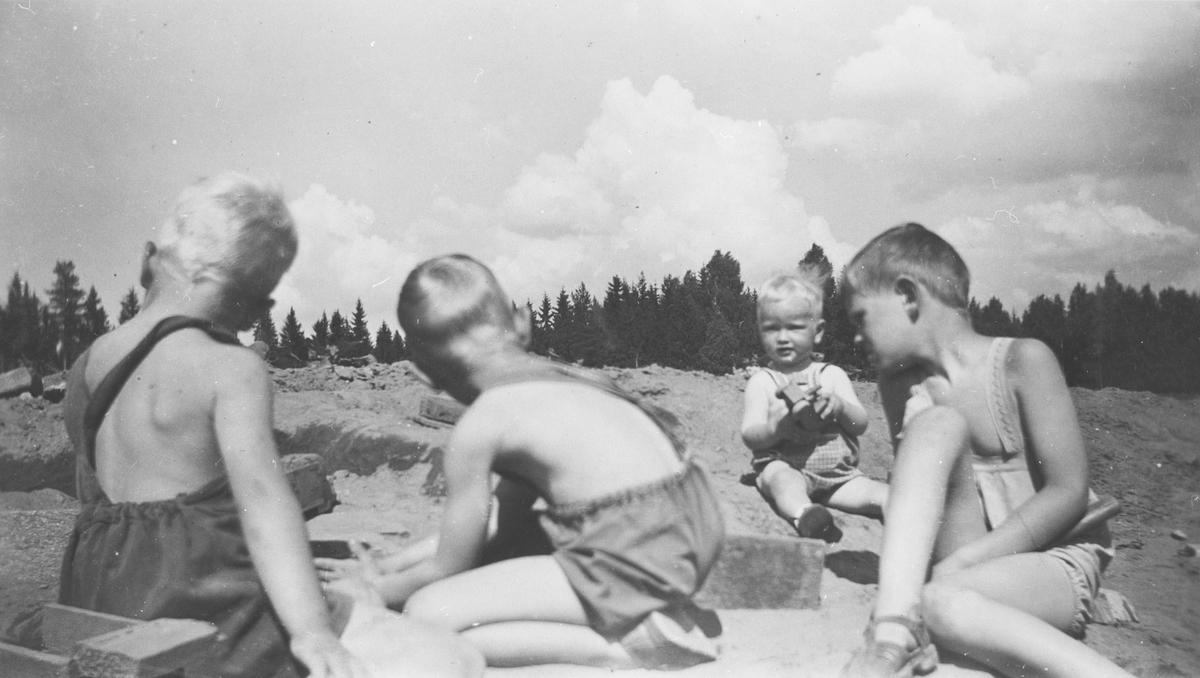 Barn leker i vegbranta på Berger gård.