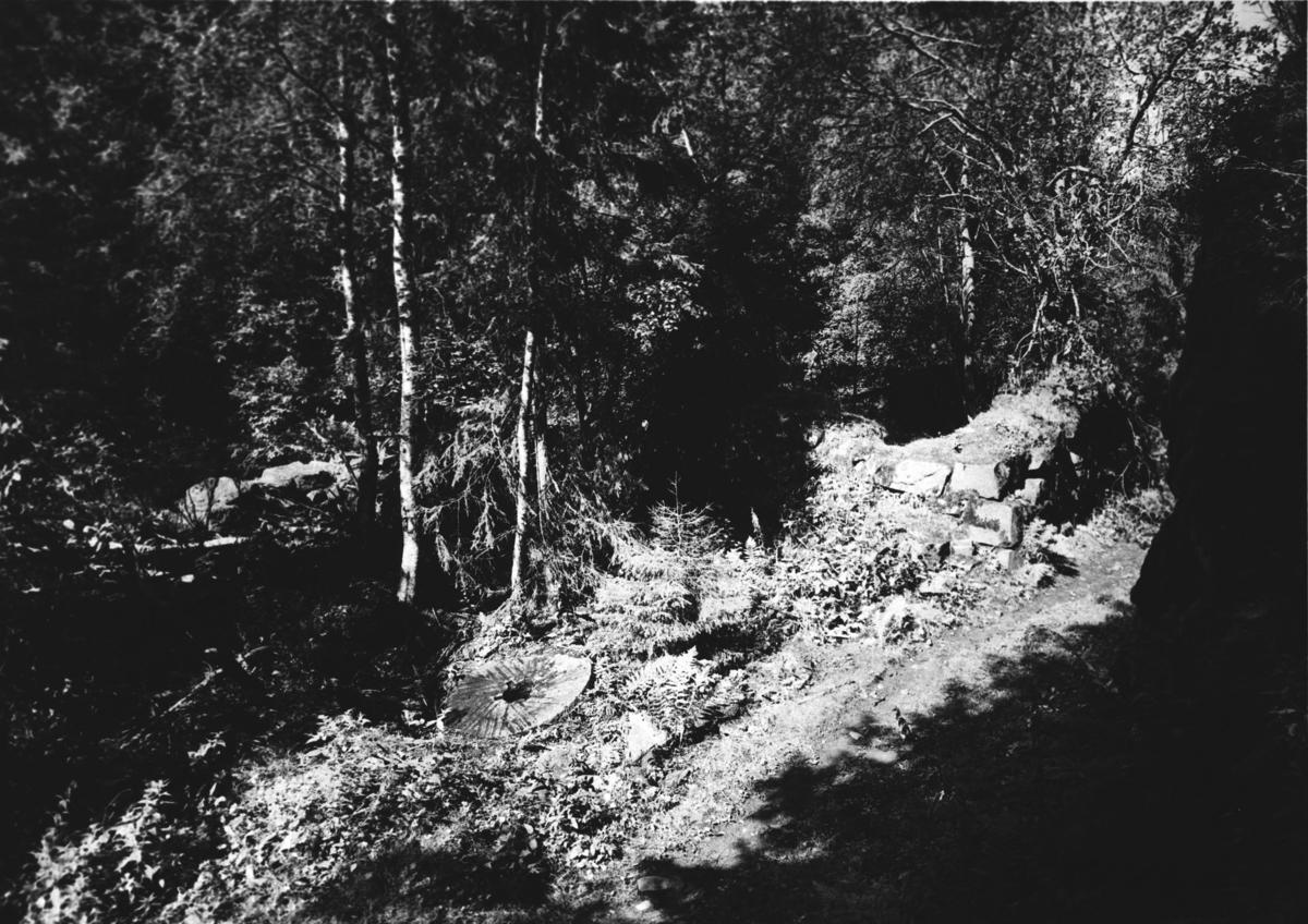 Møllestein og rester av fundament av mølla i Mølleråsen