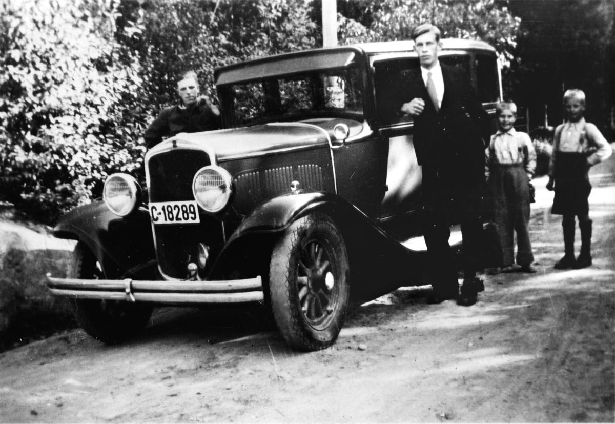 Ny bil. Lorentz Bjerknes, to brødre og en kammerat.