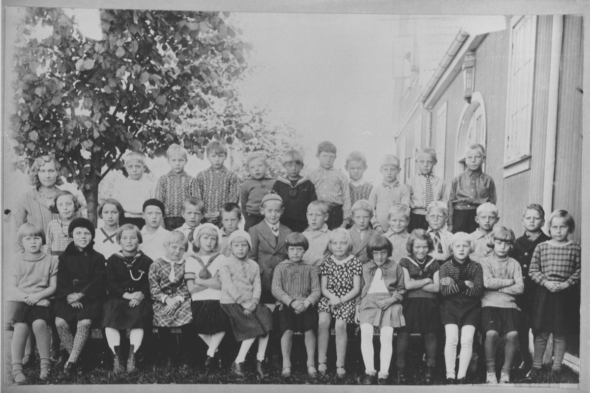 Klassebilde av 1. og 2. klasse ved Kjeller småskole.