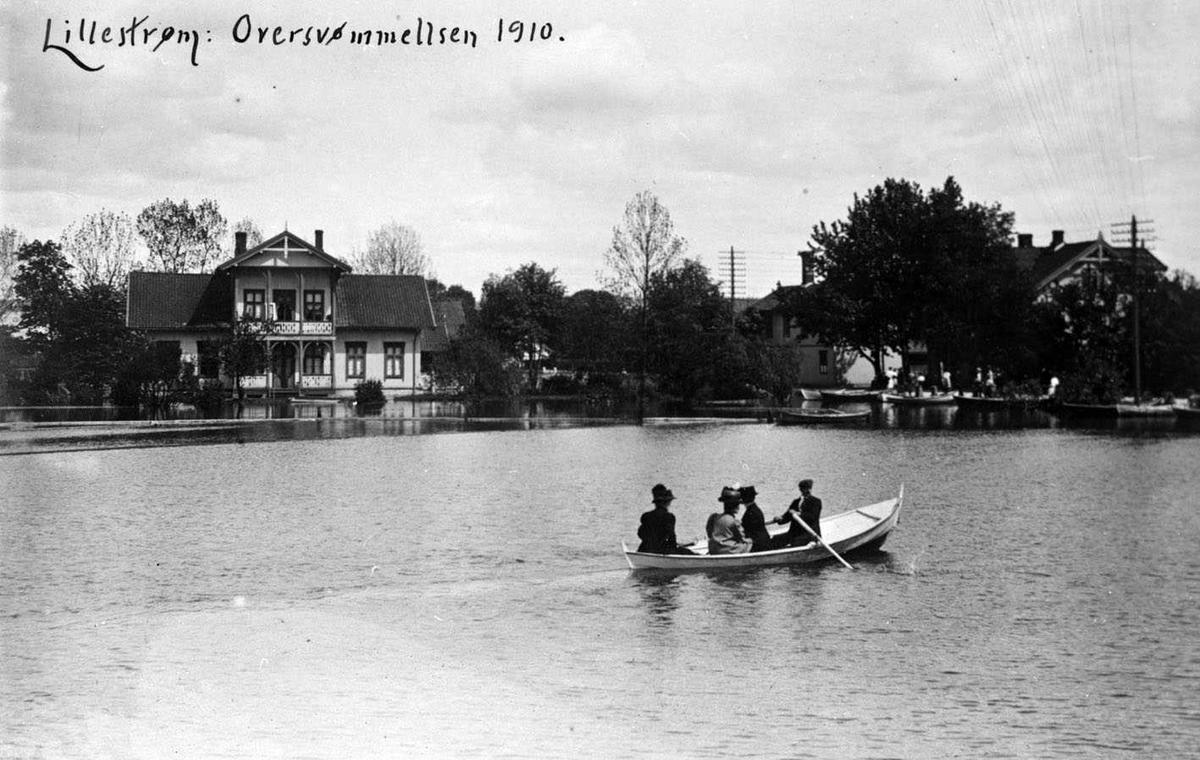 Lillestrøm Oversvømmelsen 1910 Flom. Fire personer i en robåt, med en sveitserstil villa i bakgrunnen. Brogata 2 til venstre i bildet.