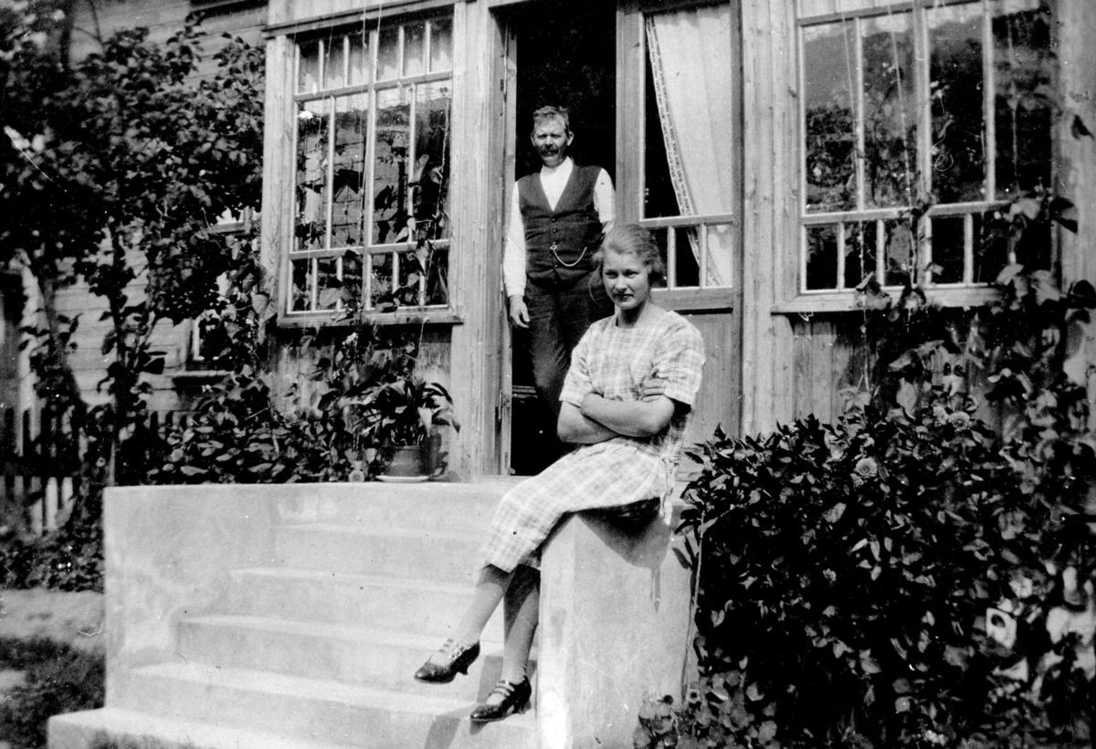 Bjørg og Hans Vogstad på trappa.