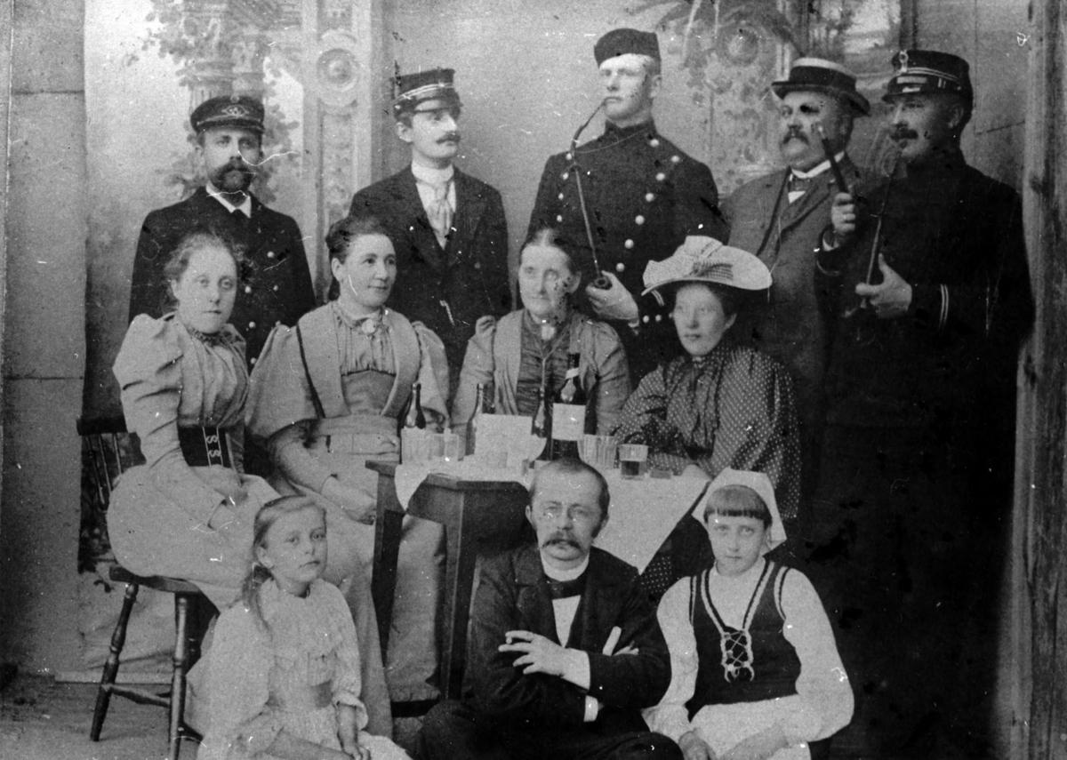 I midten Anne Karine Røgler f.Foss m.barn og gode venner.