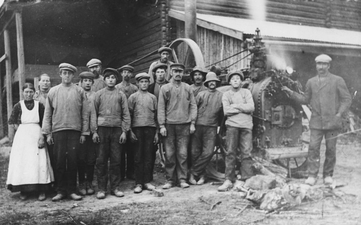 Arbeidsfolk. Tresking på Li i Fenstad 1913 eller 1914.