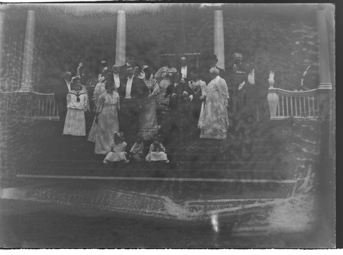 Gruppebilde av mange personer på en trapp. Bjørnstjerne Bjørnson bakerst til høyre.