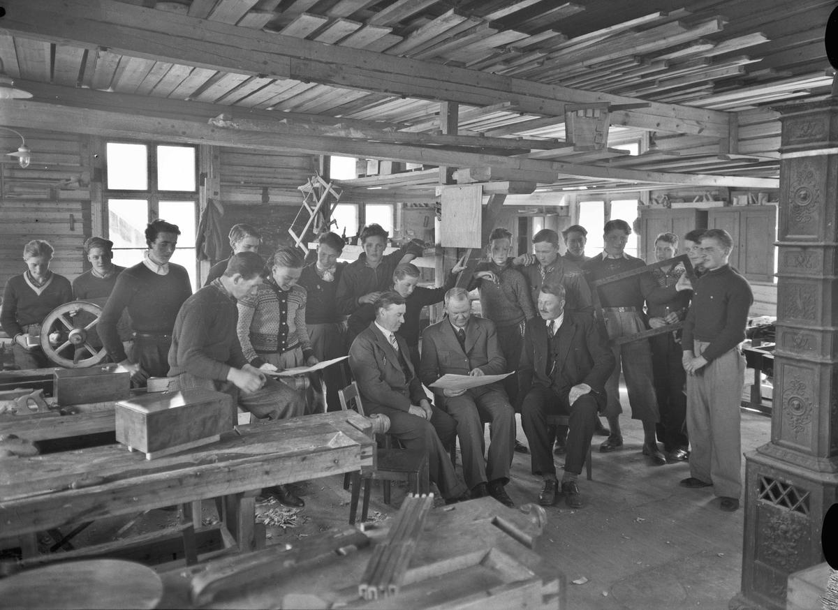 Snekkerskolen på Holstangen. Lærer Sigurd Brustad foran med bart. Før krigen. Skolen ble nedlagt under krigen – ca. 1942.