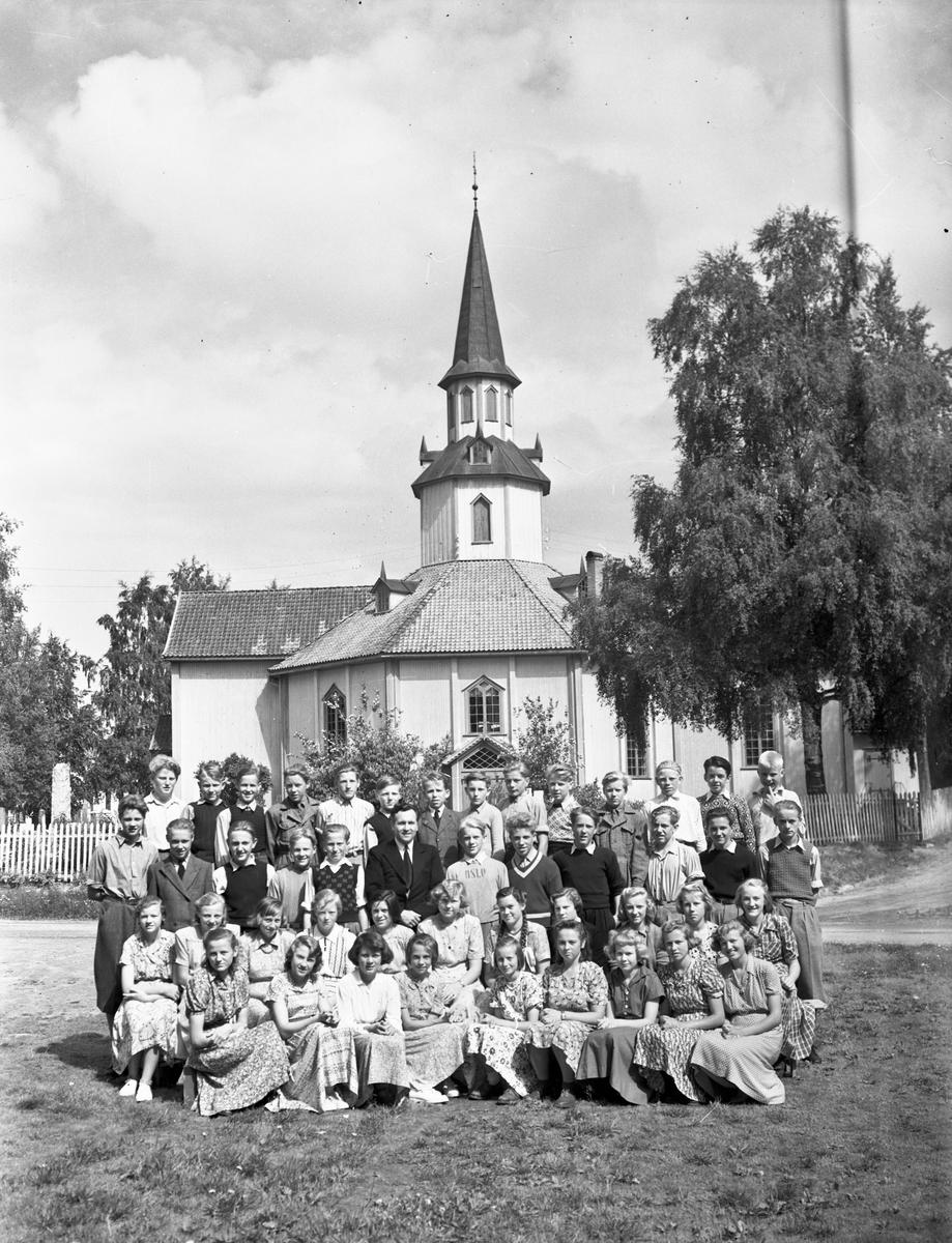 Ungdom utenfor kirke. Mo kirke i Nord-Odal.