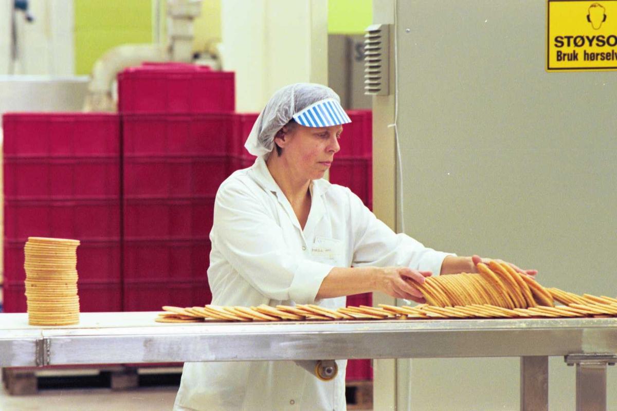 Startkjeks, arbeider, kvinne, fabrikkmiljø, arbeidstøy