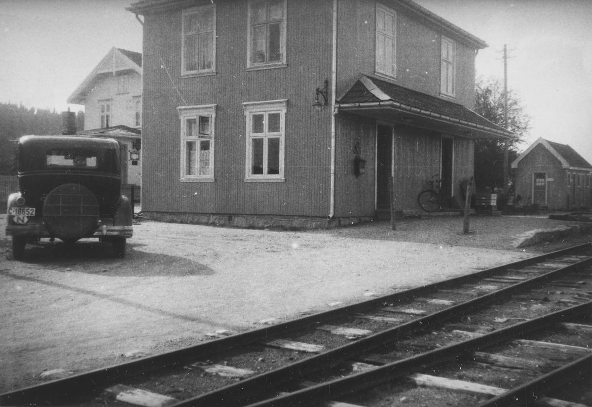 Lierfoss stasjon. Foran stasjonen: Eigil Prydz' Oakland 1932-modell.