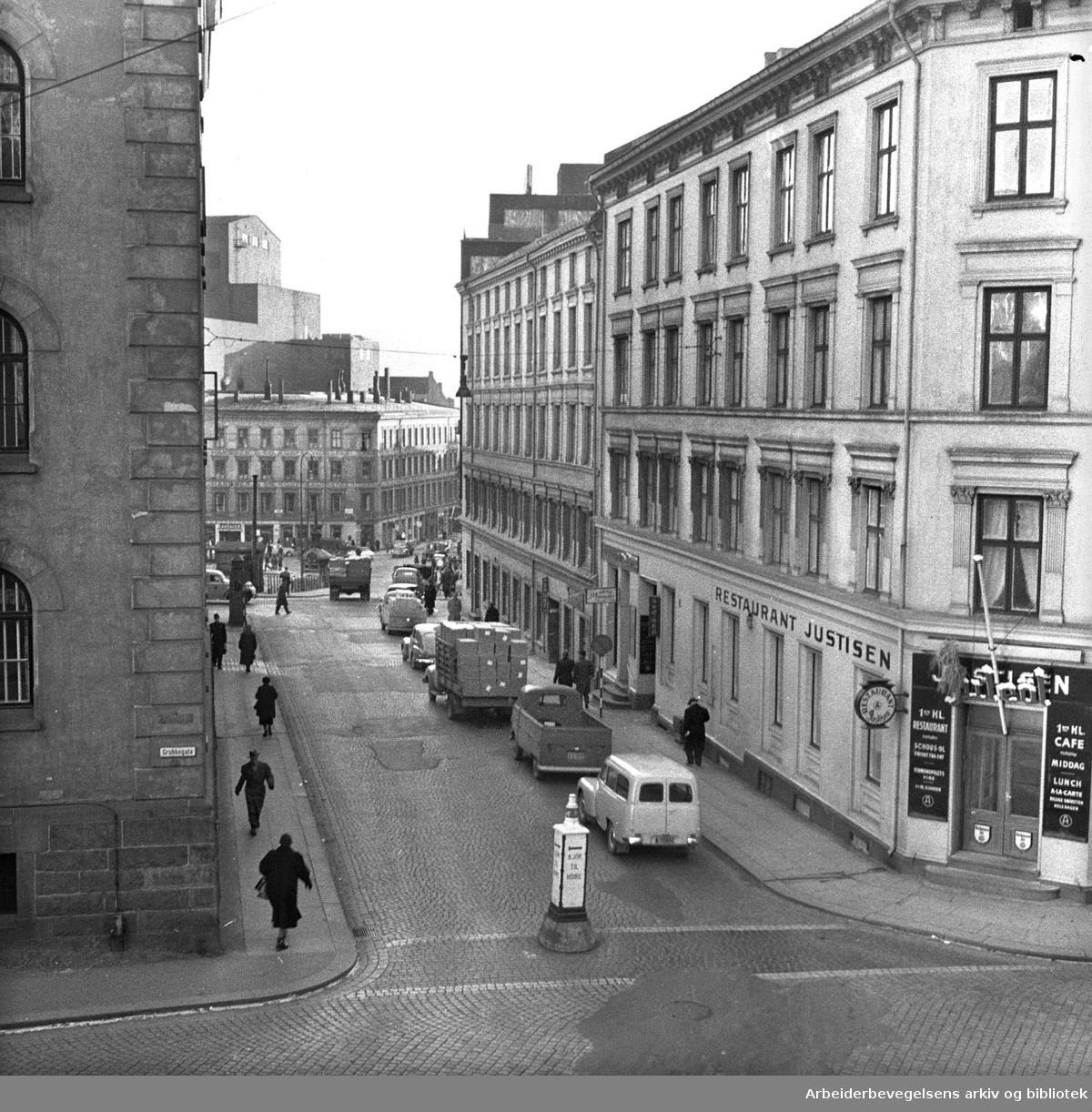 Pløens gate med restaurant Justisen,.desember 1957