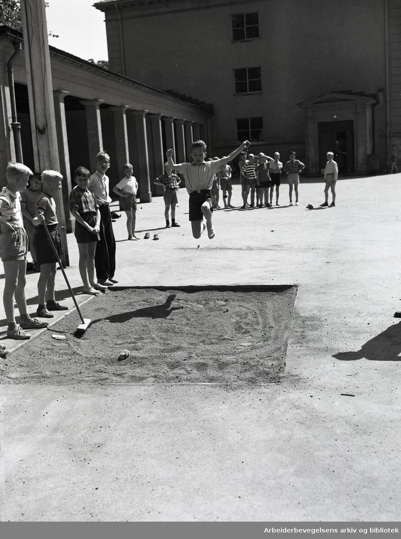 Skolegymnastikk i skolegården ved Uranienborg skole,.juli 1953