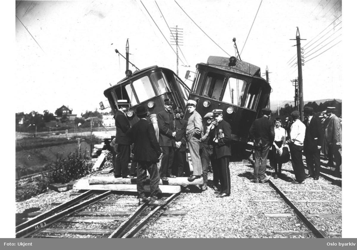 Kollisjon i forbindelse med sporveksling på Holmenkollbanen ved Frøen. Passasjerer og ansatte utenfor vognene.