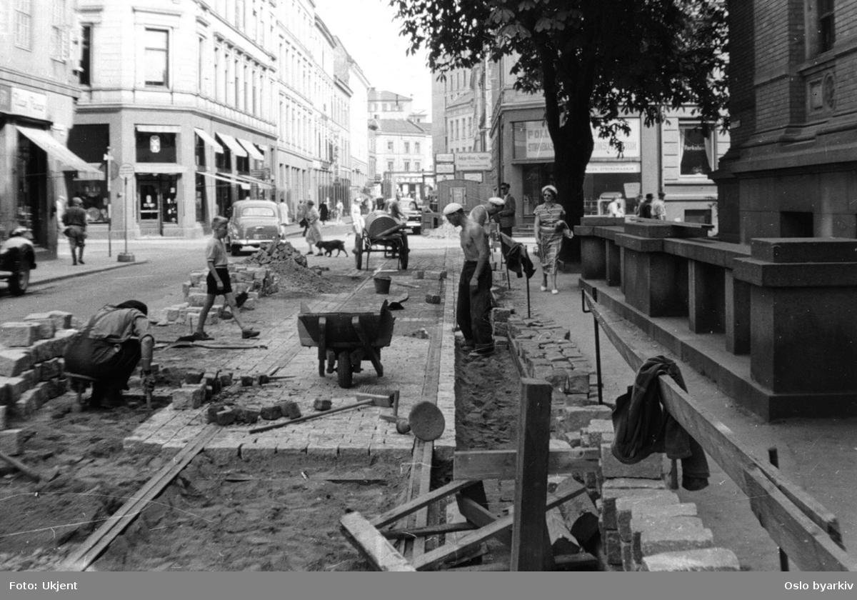 Gate / sporarbeide i Kristian Augusts gate ved Nasjonalgalleriet, mot Universitetsgata. Arbeidere, trillebår, gatesten.