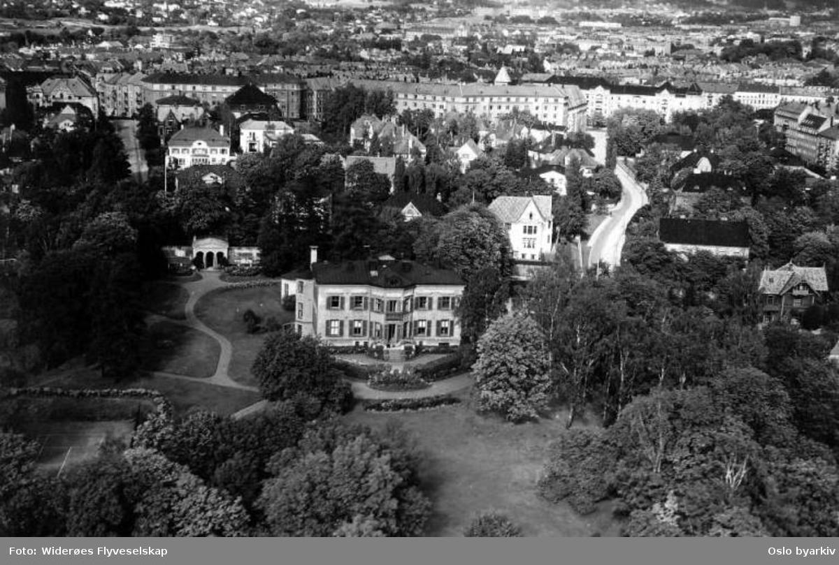 Drammensveien, Den britiske ambassade, Sophus Lies gate (Flyfoto)