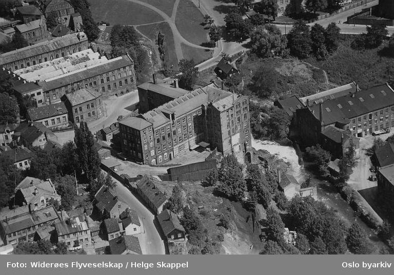 Sagveien 21, Knud Graah & co A/S, tidligere spinneribygning. Hjula veveri. Sagene skole. Beierbrua (Flyfoto)