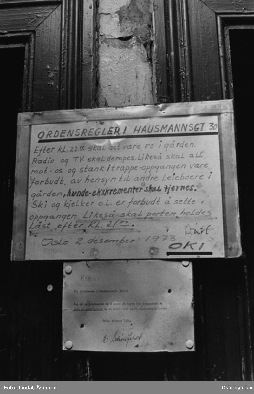 Oppslag til beboerne på dør. Hausmanns gate 30. Fotografiet er fra prosjektet og boka ''Oslo-bilder. En fotografisk dokumentasjon av bo og leveforhold i 1981 - 82''. Kontakt Samfoto ved ev. bestilling av kopier.