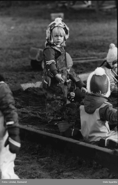 Gutt på fortauet med fiskestang? Fotografiet er fra prosjektet og boka ''Oslo-bilder. En fotografisk dokumentasjon av bo og leveforhold i 1981 - 82''. Kontakt Samfoto ved ev. bestilling av kopier.