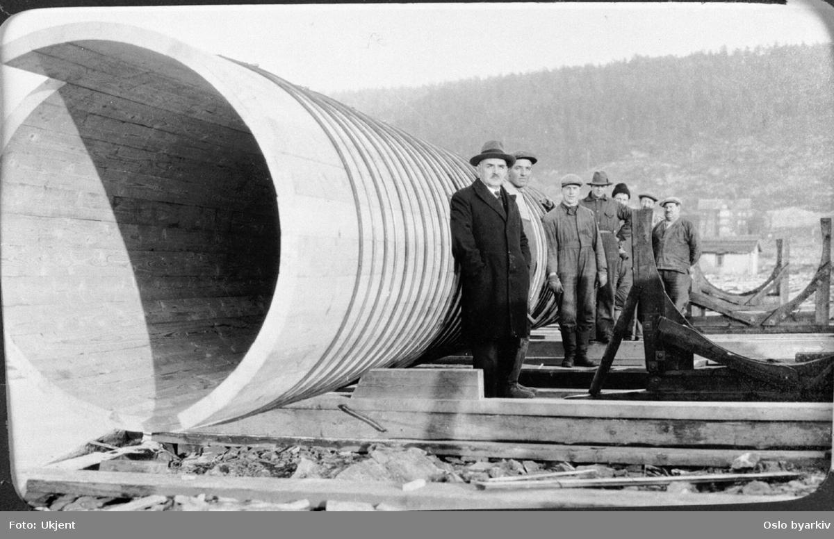 Arbeidere og leder fra vann- og kloakkvesenet ved avløpsrøret (i tre) på Vippetangen. Ble senere tilkoblet rør fra Festningen renseanlegg og senket i sjøen. Fra 1930-tallet.