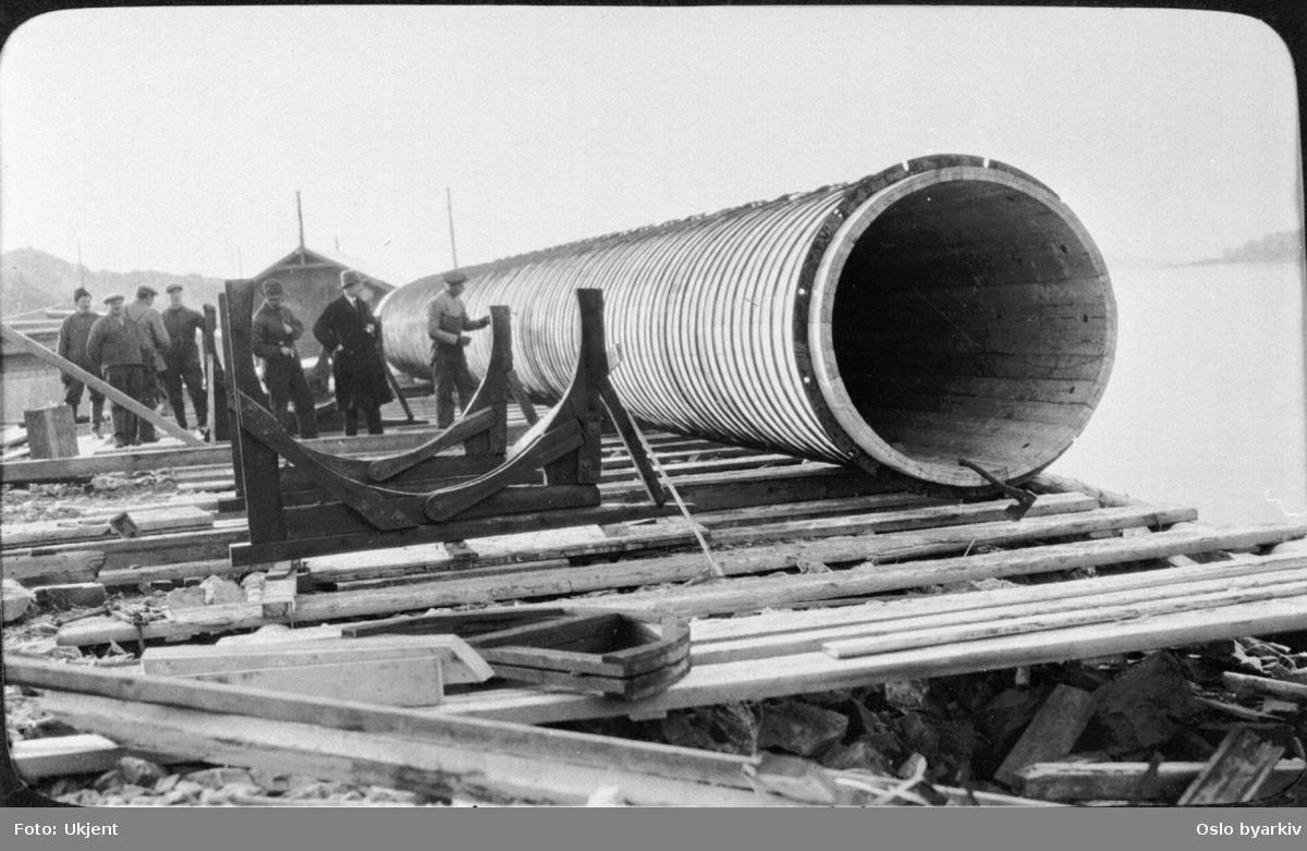 Arbeidere og leder fra vann- og kloakkvesenet ved avløpsrøret i tre innen nedsenking utenfor Vippetangen. Ble senere tilkoblet hovedkloakken gjennom rør fra Festningen renseanlegg. Fra 1930-tallet.