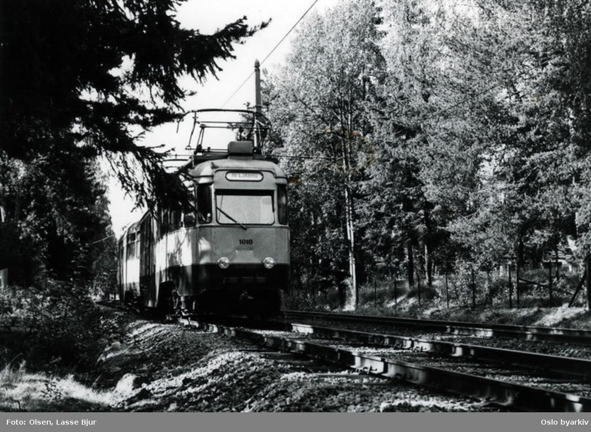 Trikk nr 1010 (ombygget motorvogn, kalt Olympiavogn) på linje 16 (fra Skøyen) mot Ljabru på Ekebergbanen. Utrangert 1974.