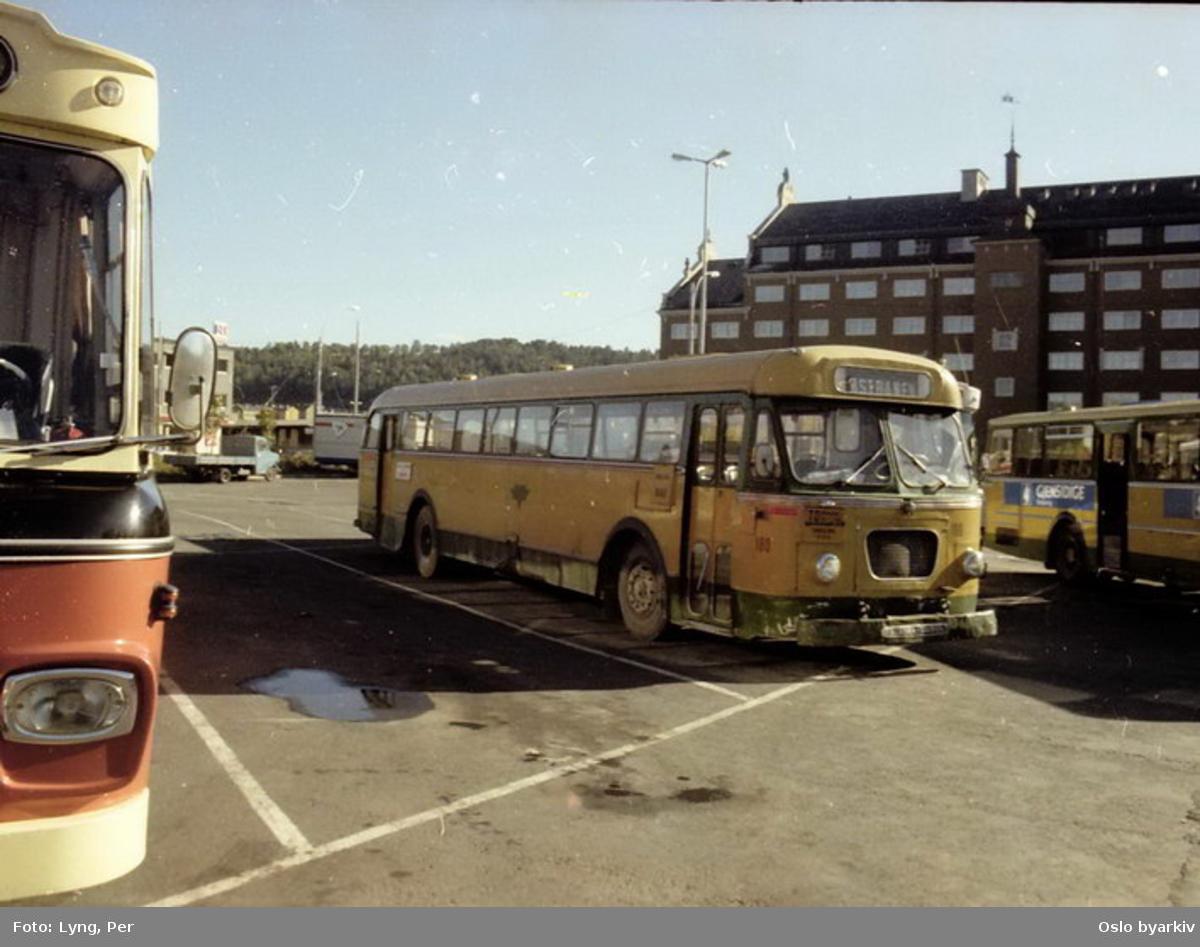 Busser, Ing. M.O. Schøyens Bilcentraler (SBC) buss 180 ved Grønlands torg, rutebilstasjon / terminal.