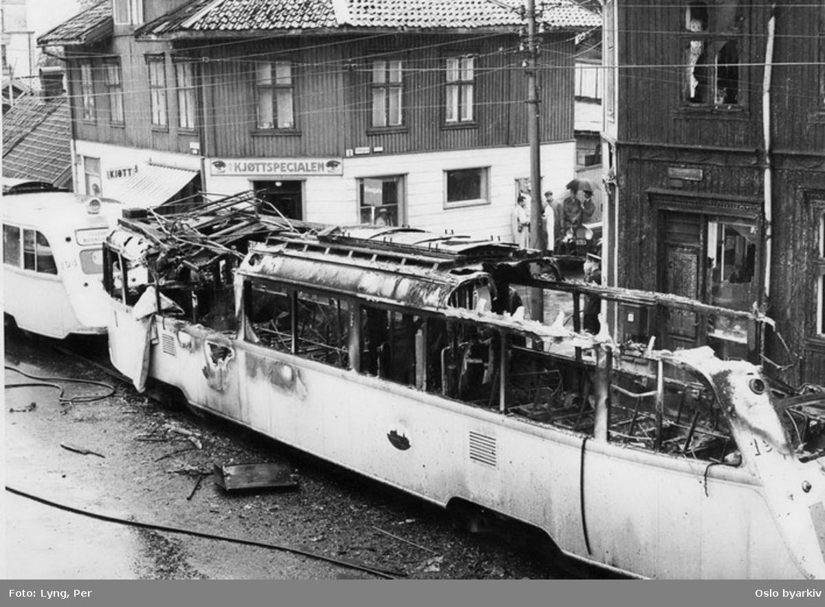 """Oslo Sporveier. Trikkebrannen 2. august 1958. Trikk motorvogn 194 og 198 type Gullfisk B1 på linjen Østensjø-Lilleakerbanen ned Strømsveien ved Totengata. 194 var den førende vogna da 198 brant opp her med tap av fem menneskeliv. Brannen oppsto i apparatkassen i vogna. (Forreste dør lot seg ikke åpne, i motsetning til midtdørene, og noen av passasjerene ble dermed fanget i ilden. Nødåpnerne virket heller ikke) Dette er den største tragedie som har rammet sporveiene i Norge i fredstid. (Vogn 198 ble senere gjenoppbygget, og ble på folkemunne benevnt som """"Krematoriet.""""). Se Wikipedia for mer informasjon - http://no.wikipedia.org/wiki/Trikkebrannen."""