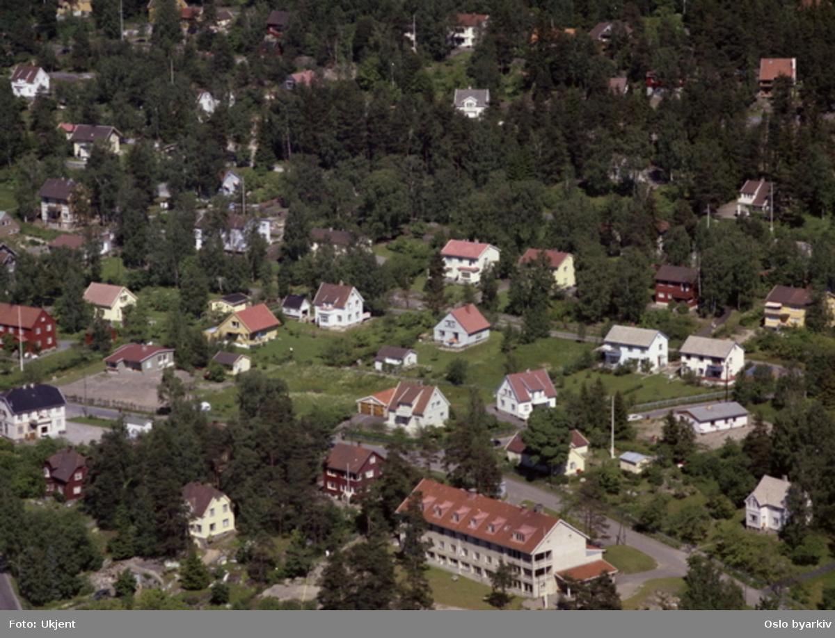 Hus i front er Ljabruhjemmet, Ljabrubakken 7. (Flyfoto)