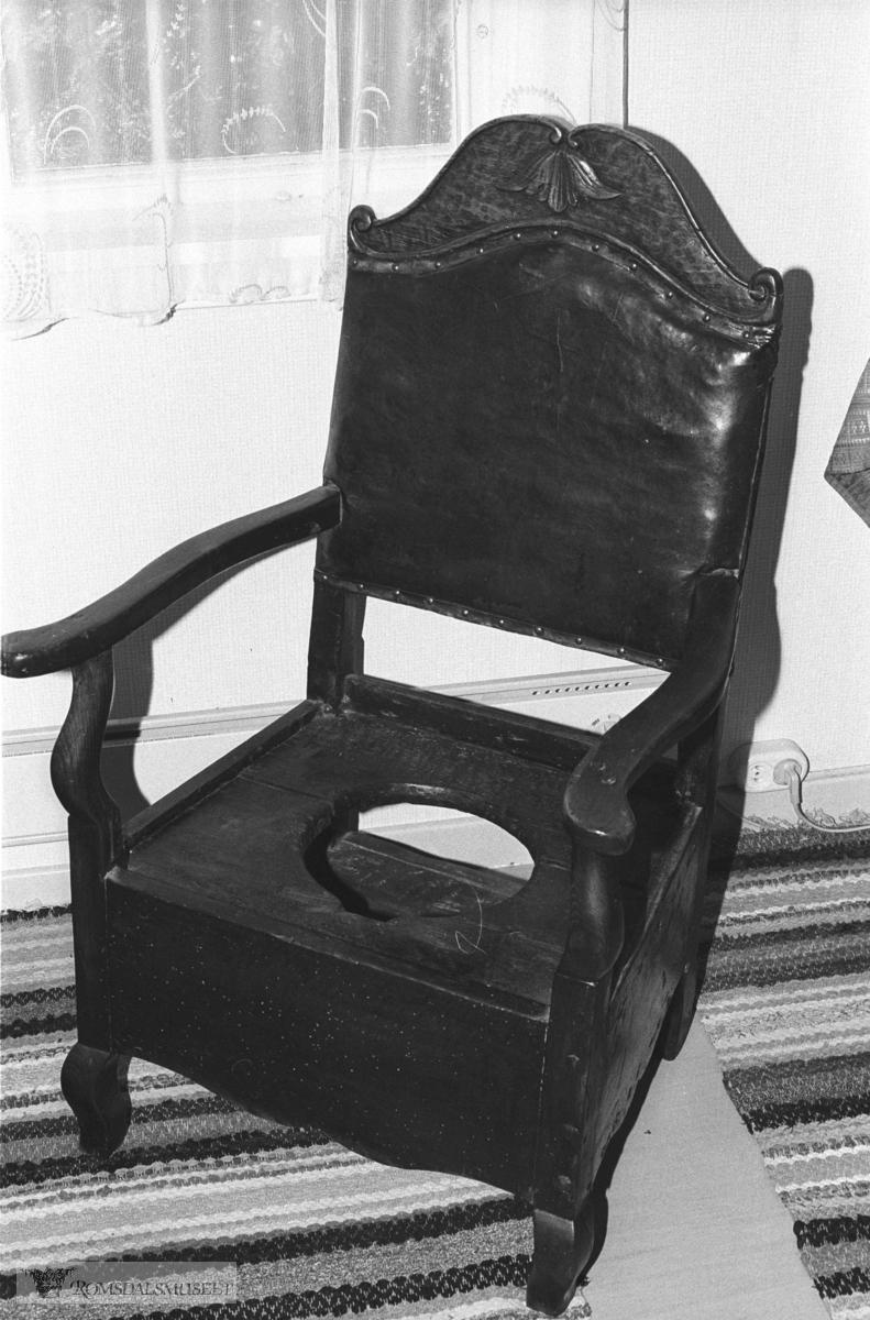 Dostolen til Amtmann Krohg..Det er Gunder Gujord, Hjelset, som eig stolen i dag (1980). Amtmann Hilmar Meincke Krohg var i embete i Romsdal amt 1811-1840.