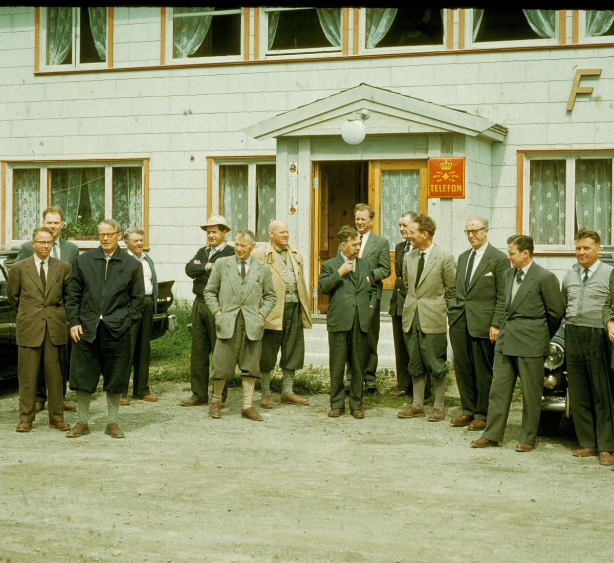 Oslo Lysverker. Driftsutvalet utanfor Fekene Hotell, Hemsedal. 1960