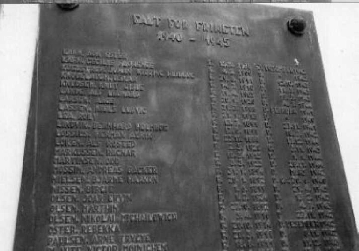 Minnetavle på Haslum kirkes vestvegg.