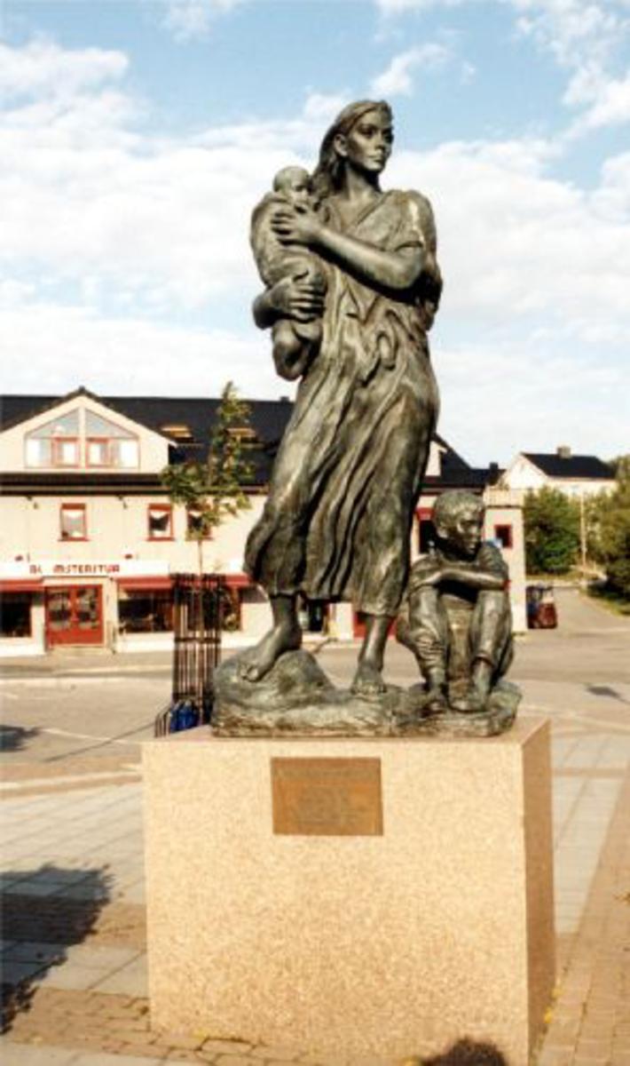 Krigsmødermonumentet i Kirkenes. Kvinnestatue med barn ved siden og på armen på kubisk sokkel Sokkel bredde 1.32 m Høyde sokkel: 1.06 m Høyde skulptur: 2,35 m
