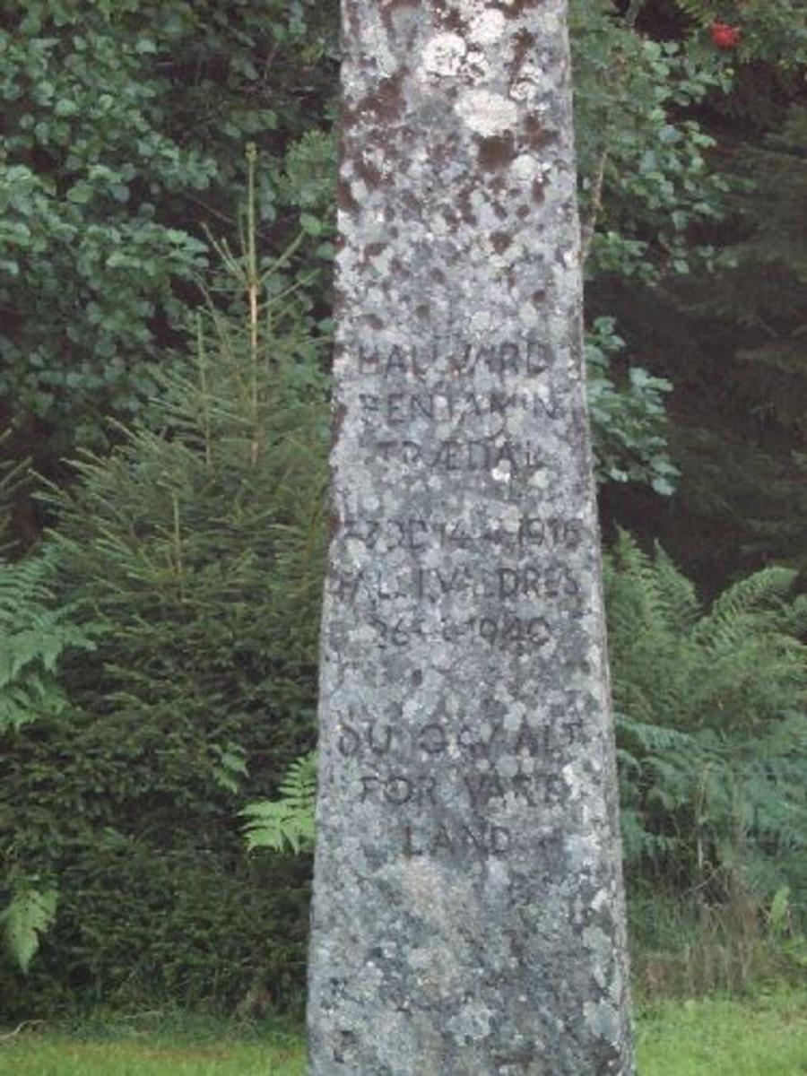 Minnestein Halvar Trædal. 2 m høg ca 60 sm i firkant nede og smalner av noe oppover.