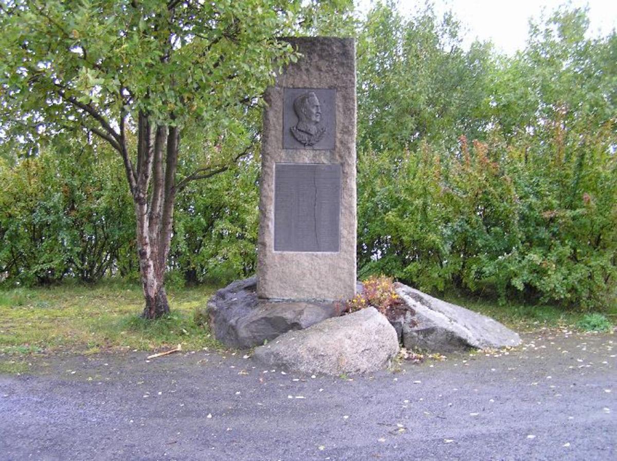 Monumentet, som var opprinnelig plassert på Ornes, ble avduket 18.juli 1950 av generalløytnant Ole Berg. Narvik Gynasiastsamfunn tok initiativet til reising av støtten, og fikk støtte til pengeinnsamlingen av avisene i byen. Narvik kommune ga også økonomisk bidrag. Relieffet er utført av billedhugger Finn Eriksen. Sommeren 1975 ble monumentet flyttet til Veteranplassen ved E6, 2,8 km N for Narvik sentrum. 28. mai 1988 ble den opprinnelige inskripssjonen byttet med en ny. Den ble finansiert ved innsamlede midler fra soldater og befal ved Vaktbataljon II/DKN i 1945 og ved tilskudd fra Forsvarsfondet for Nord-Norge. General Sverre Bratland, som tjenestegjorde som patruljefører på Narvikfronten 1940 i Skolekompaniet, avduket den nye platen 28. mai 1988. Kjøreanvisning: Veteranplassen ligger like ved E6, 2,8 km N for Narvik