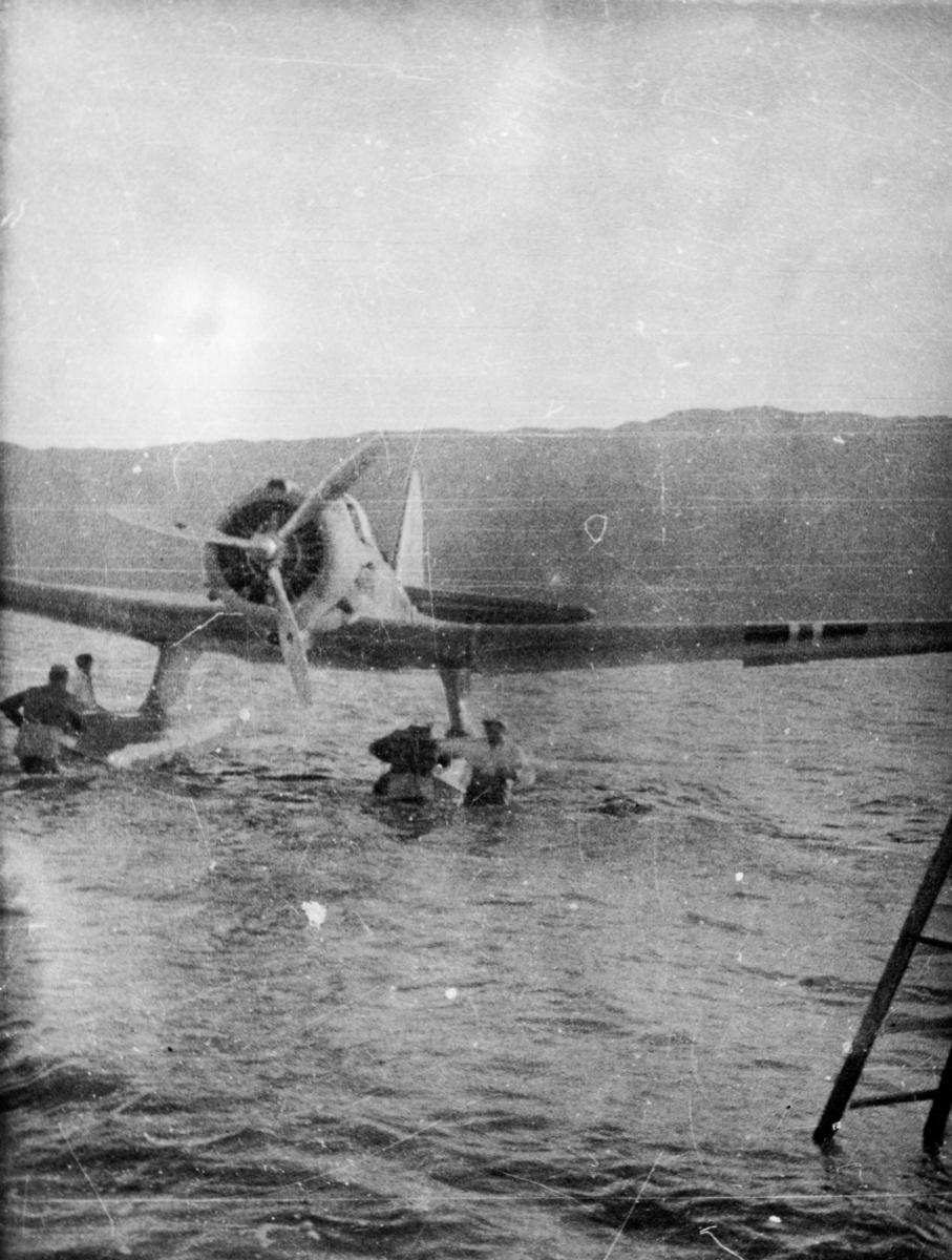 """Mekanikere fjerner såkalt """"Beaching gear"""" på et av 330 skvadronens Northrop fly på Island."""