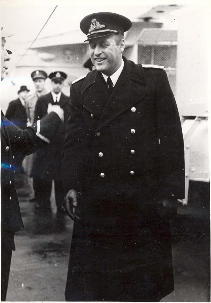 """Jageren """"Stord"""".  HM Kong Haakon VII. på inspeksjon under 2. VK. HKH Kronprins Olav"""